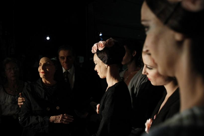 Alicia Alonso, Cuba's prima ballerina assoluta and director of the Cuban National Ballet talks backstage to her ballerinas before the Cuban National Ballet Gala concert at the Bolshoi Theatre in Moscow