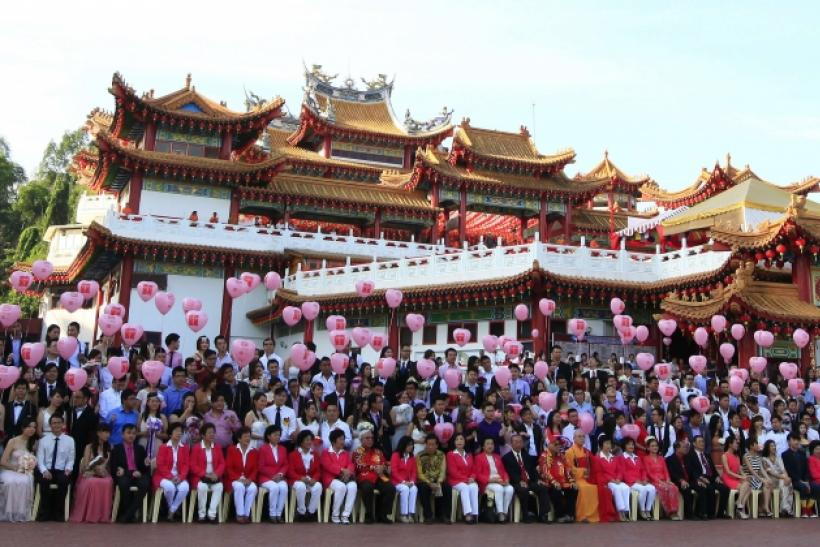 Newly-wed couples pose for pictures at Thean Hou temple in Kuala Lumpur February 14, 2014
