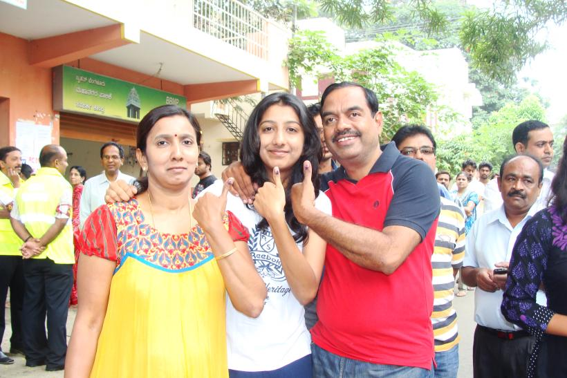 V Balakrishnan, his daugter Sneha, 18, wife Chitra (2)
