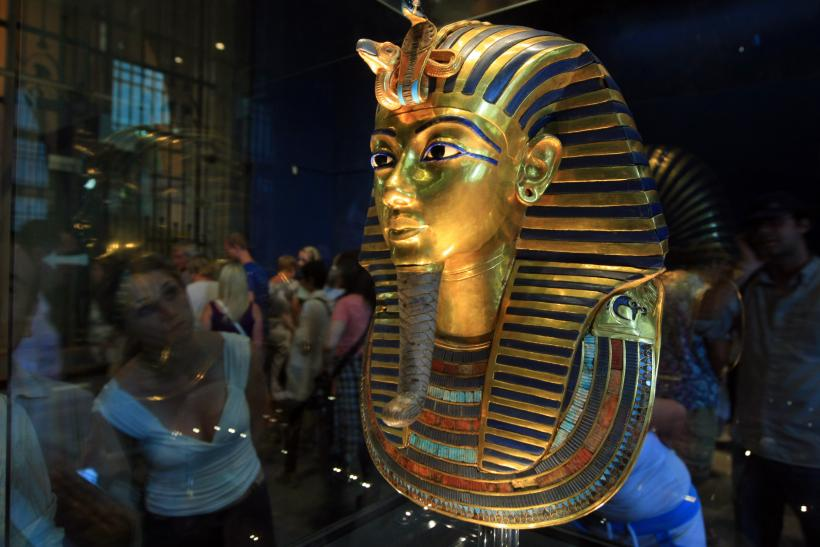 Tutankhamun mask damaged