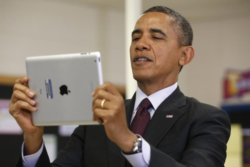 Obama holds Apple iPad