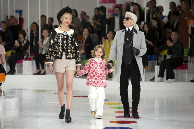 [09:32] German designer Karl Lagerfeld appears at the end of the Chanel Cruise in Seoul