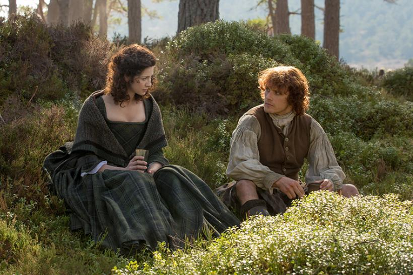 Outlander Season 1 Deleted Scene Shows A Sweet Jamie And Claire Kiss Video