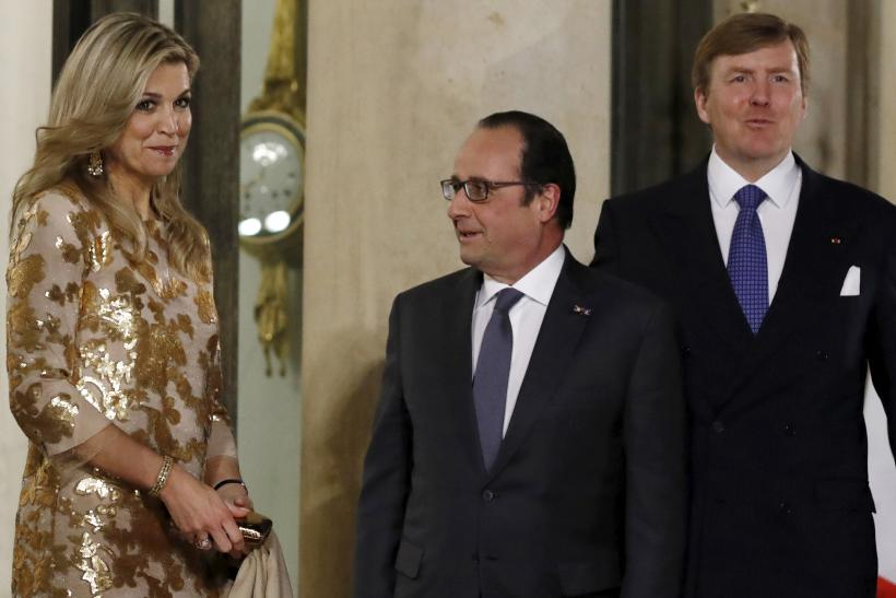 French President Francois Hollande (C) welcomes Dutch King Willem-Alexander and Queen Maxima