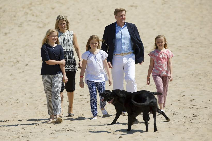 King Willem-Alexander and his wife Queen Maxima with their kids