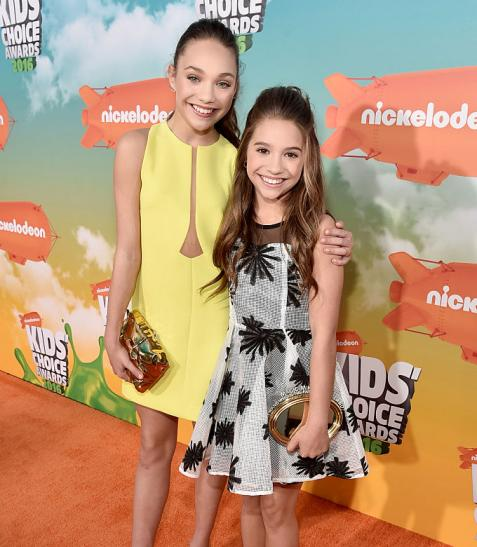 Maddie ziegler bombarded by fans on post dance moms vacation maddie ziegler bombarded by fans on post dance moms vacation mackenzie ziegler doesnt like posing for photos m4hsunfo
