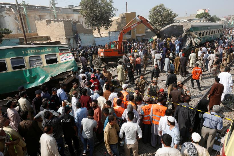 pakistan train crash