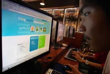 A man surfs on an internet blog at an internet bar in Shanghai October 9, 2006. The number of bloggers in China had reached 17.5 million by the end of August, almost 30 times the 2002 figure, China Daily reported.