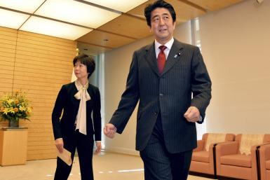 Japan's Prime Minister Shinzo Abe (R) and Makiko Yamada