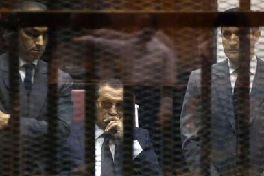 A 2015 photo shows ousted Egyptian president Hosni Mubarak in a Cairo court between his sons Gamal (L) and Alaa
