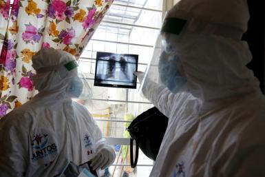 Mexican doctors look at an X-ray of the lungs of someone with Covid-19 in Juanacatlan in Jalisco state