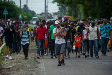 Haitian and Central American migrants march to the Siglo XXI Migratory Station in Tapachula, Chiapas, Mexico, aiming to travel to the United States.