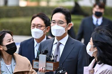 The de-facto leader of South Korea's sprawling Samsung group Lee Jae-yong (C) has been convicted of illegally using the anaesthetic drug propofol