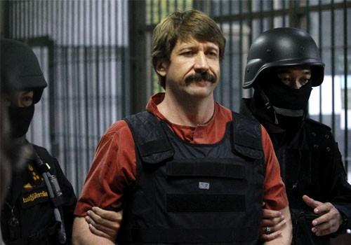 Suspected Russian arms dealer Viktor Bout is escorted by members of a special police unit after a hearing at a criminal court in Bangkok October 5, 2010.