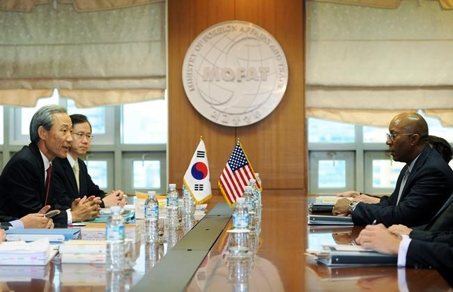 South Korean Trade Minister Kim Jong-Hoon (L) talks with his U.S. counterpart Ron Kirk (R) during their meeting in Seoul Nov