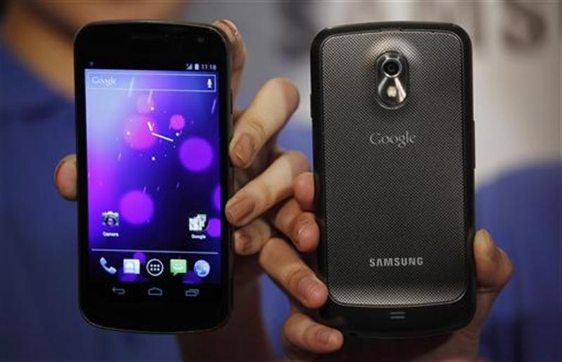 Models pose with Galaxy Nexus smartphones in Hong Kong