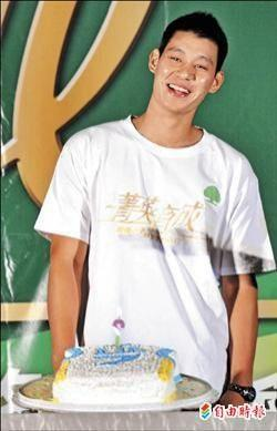 Jeremy Lin and his birthday cake