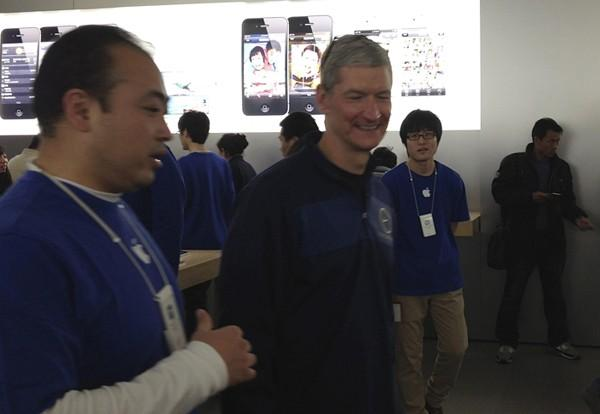 Apple CEO Tim Cook talks to employees at an Apple store in central Beijing