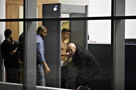 Justin Bieber Shirtless In Polish Airport: Singer Strips As Police Investigate Him For Battery [PHOTO]