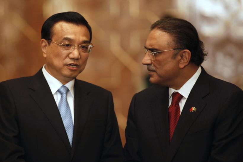Chinese Premier Li Keqiang (L) talks with Pakistan's President Asif Ali Zardari during an agreement ceremony at President House in Islamaba