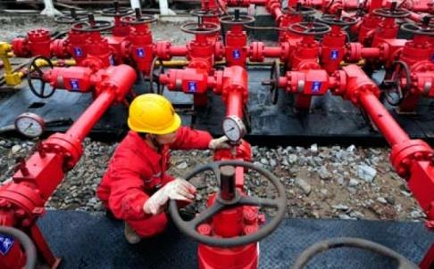 China shale gas worker (China energy sector)