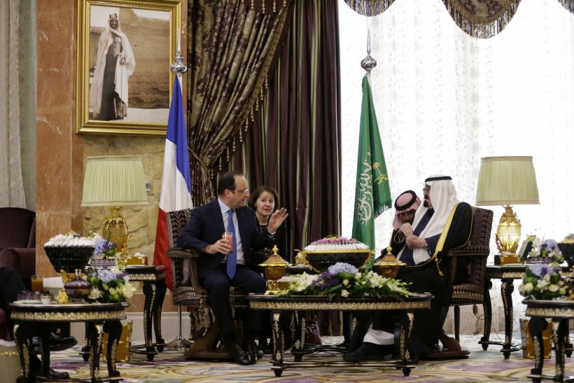 Saudi Arabia's King Abdullah bin Abdulaziz al-Saud (R) speaks with French President Francois Hollande (L)