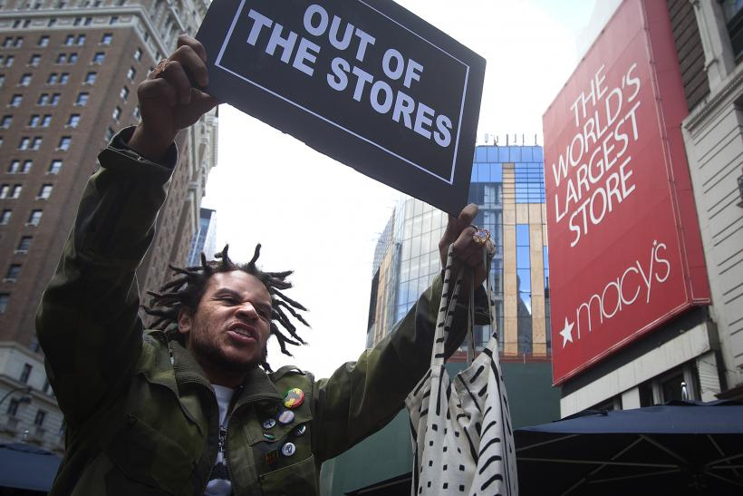 Ferguson Black Friday Protests: 'Don't Shop' Rallies Greet Bargain Hunters In New York, St. Louis, Oakland