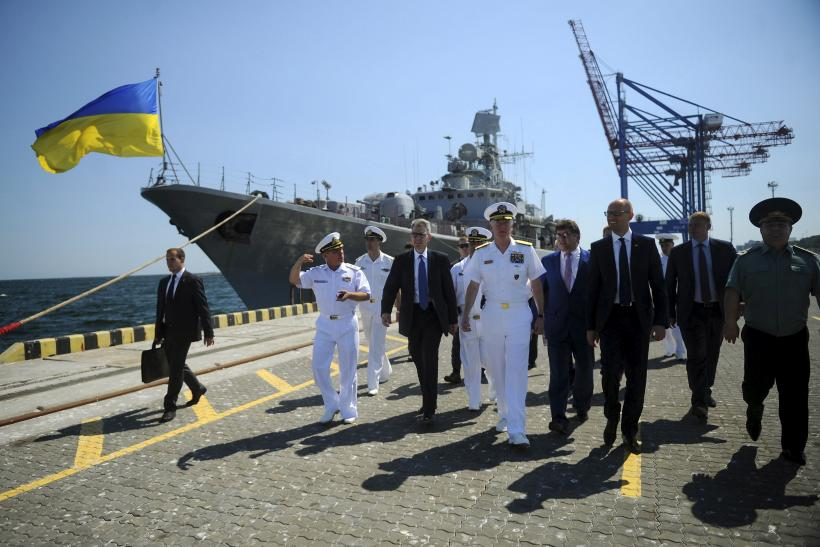 A U.S. admiral walks past a Ukrainian ship